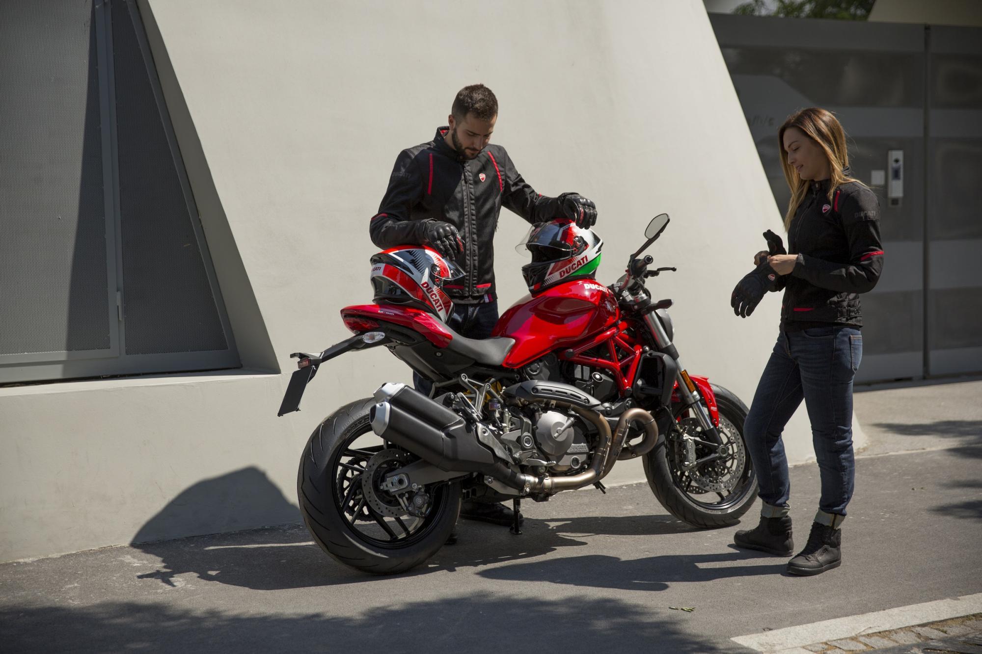 Είδη ρουχισμού ειδικά για το καλοκαίρι από τη Ducati